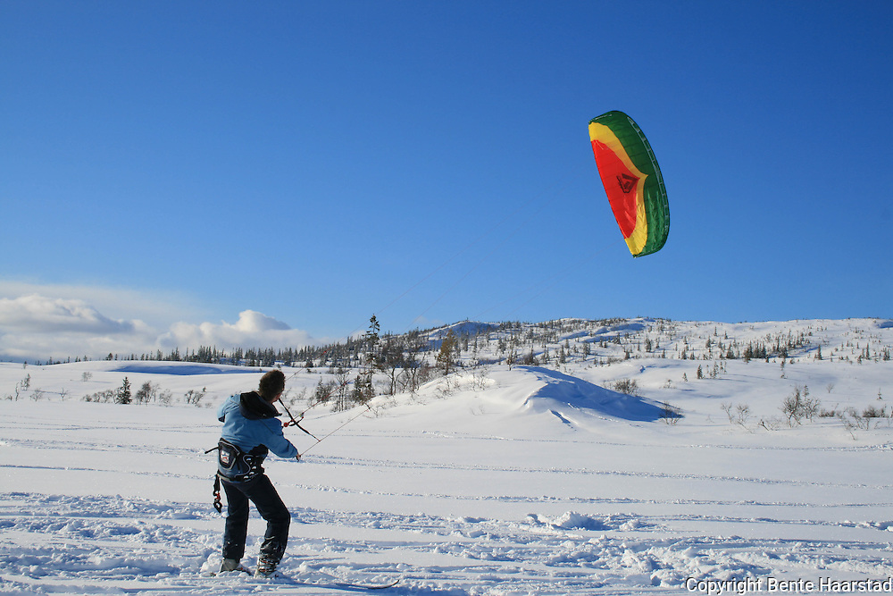 Snowkiting in Prestøyan og Stråsjøen naturreservat, next to Skarvan and Roltdalen national park.