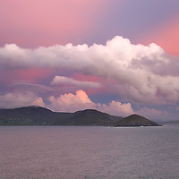 o Colourful pink irish landscape Coastline Sunset over Ballinskelligs Bay and Waterville with fluffy clouds and dramatic Sky, seascape County Kerry, Ireland / bs000