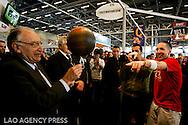 La Galaxy Foot tenue par le président Jean-Pierre Escalettes en compagnie de Séan, Champion du monde 2009 de Freestyle .