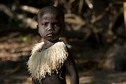 Cette petite fille porte un collier d'écorces. Les Jarawas aiment être beaux. Les femmes fabriquent toutes sortes d'ornements, de colliers et de pagnes.