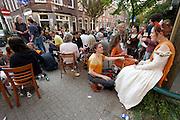 In de Lijsterstraat in Utrecht vieren bewoners Koninginnedag op straat.<br /> <br /> At the Lijsterstaat in Utrecht people are celebrating Queensday on the street.