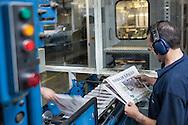 SAO PAULO, SP, BRASIL, 24/11/09, 22h41: Producao da Folha: Funcionarios da grafica do jornal Folha de S. Paulo trabalham no controle de impressao de papel jornal. (foto: Caio Guatelli/Folha Imagem)