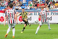 TILBURG - Willem II - Vitesse , Voetbal , Seizoen 2015/2016 , Eredivisie , Koning Willem II Stadion , 09-08-2015 , Vitesse speler Denys Oliinyk (m) scoort de gelijkmaker 1-1 door de bal langs Willem II speler Frank van der Struijk (r) en Willem II speler Dries Wuytens (l) te schieten