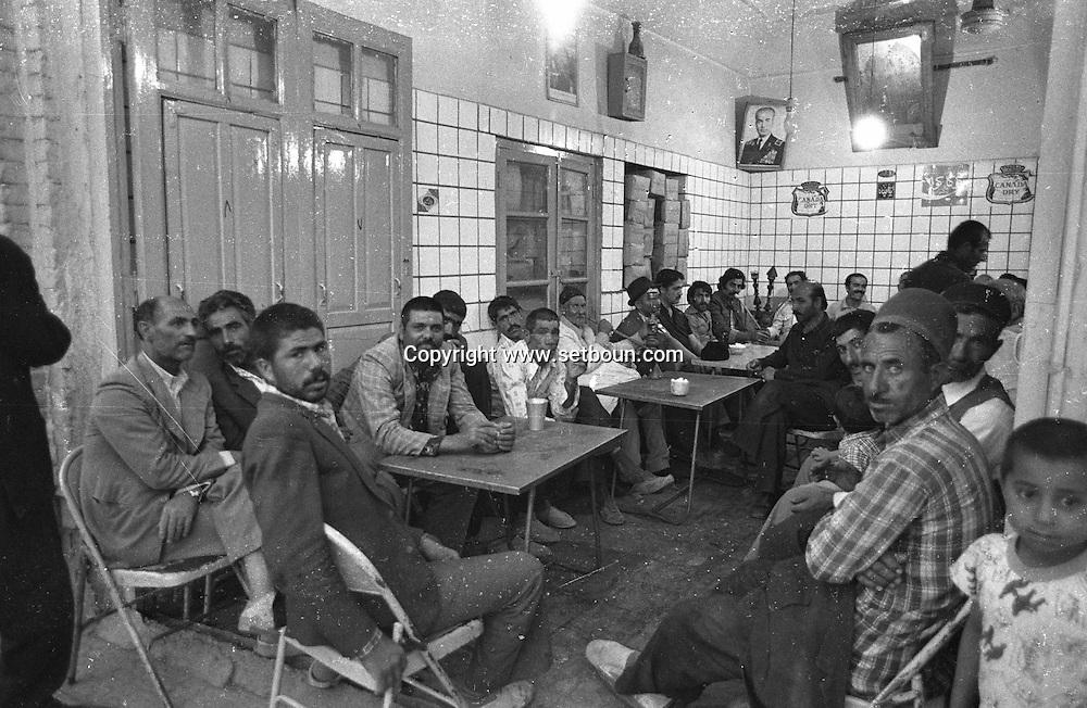 Iran - street life . in the holy city of QOM , may 1978  Qom - Iran   /// scenes de rue. la ville sainte de Qom  Qom - Iran  /// IRAN24296 16biss
