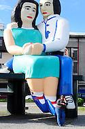 """una mujer habla por teléfono apoyada en la estatua de los enamorados """"sentados frente al mar"""" de la ciudad de Puerto montt. Puerto Montt, Chile. 18-11-2012 (Alvaro de la Fuente/Triple.cl)"""