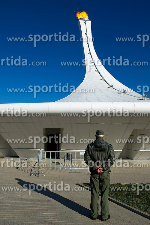 14.02.2014, Olympic Park, Adler, RUS, Sochi, 2014, Feature, im Bild Ein Wachmann vor dem Plympischen Feuer // during the Olympic Winter Games Sochi 2014 at the Olympic Park in Adler, Russia on 2014/02/14. EXPA Pictures &copy; 2014, PhotoCredit: EXPA/ Freshfocus/ Urs Lindt<br /> <br /> *****ATTENTION - for AUT, SLO, CRO, SRB, BIH, MAZ only*****