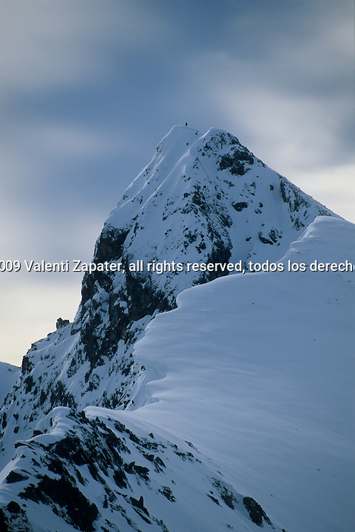 Tuc dera Llança cargado de nieve, con un riesgo alto de aludes. Tuc dera Llança peak with a very high avalanche risque, Val d'Aran, Pyrenees, Catalonia, Spain