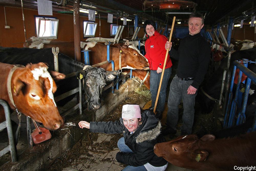 mange i bekjentskapskretsen stusset da Morten (39) og Bente Malvik (43) kjøpte seg gård med kyr og melkekvote i Gressli. Ingen av dem var fra gård, men snart 13 år etter bor familien fortsatt i grenda og nå satser de stort som melkebønder. ved å bygge på fjøset og leie ei stor melkekvote i tillegg til sin egen. Av de tre døtrene er det bare Tina på snart 12 år som fortsatt bor hjemme. Foto: Bente Haarstad