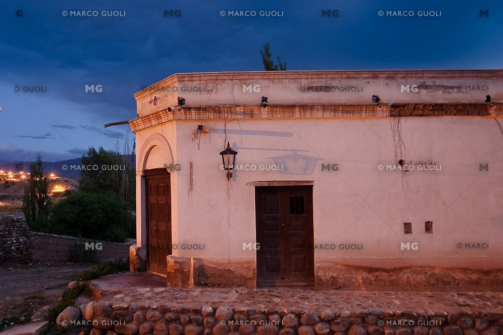 CACHI, EDIFICIO TIPICO EN ESQUINA AL ANOCHECER, VALLES CALCHAQUIES, PROV. DE SALTA, ARGENTINA