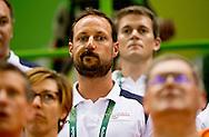 RIO DE JANEIRO - Kroonprins Haakon prince haakon Estavana Polman in de Future Arena na de verloren finale handbal om brons tegen Noorwegen tijdens de Olympische Spelen van Rio.   van Nederland in de Future Arena tijdens de finale handbal om brons tegen Noorwegen tijdens de Olympische Splen van Rio. De Nederlandse handbalsters hebben naast het brons gegrepen tijdens de Olympische Spelen in Rio.  ROBIN UTRECHT