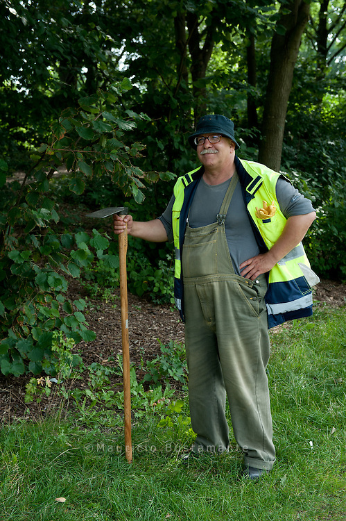 Ein-Euro-Jobber Walter Stendera ist bei der Arbeitsloseninitiative Wilhelmsburg in der Grünpflege beschäftigt.