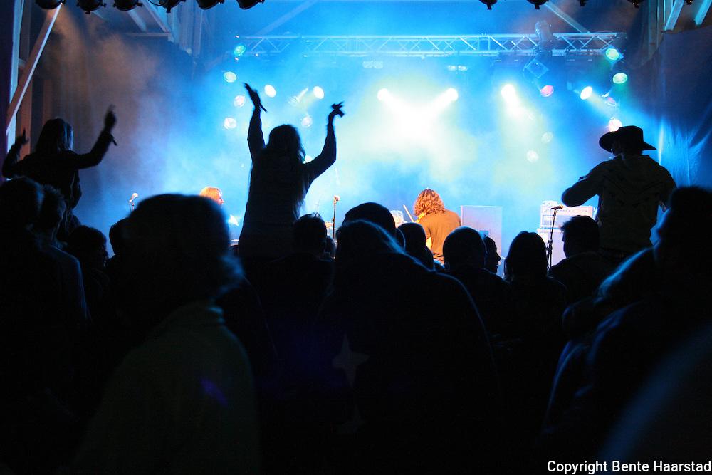Det var megastemning da irsk-argentinske Raggle Taggle Gypsies avrundet Tydalsfestival'n med intens energi og gode musikere natt til søndag. Foto: Bente Haarstad