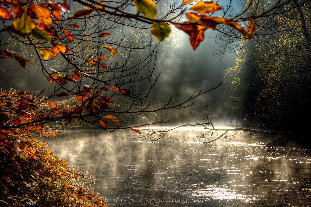 Aufsteigender Fr&uuml;hnebel an einem Herbstmorgen an der Wupper.<br />