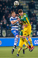 DEN HAAG - ADO Den Haag - PEC Zwolle , Voetbal , Eredivisie , Seizoen 2016/2017 , Kyocera Stadion , 21-01-2017 , PEC Zwolle speler Ryan Thomas (l) in kop duel met ADO Den Haag speler Danny Bakker (r)