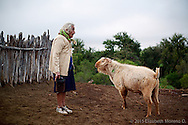 Doña Lupe en el Rancho el Cantil cuidando de sus borregos. La mayoría de los rancheros de la península dependen económicamente de su ganado, pequeñas huertas y la elaboración de productos regionales como queso y machaca.