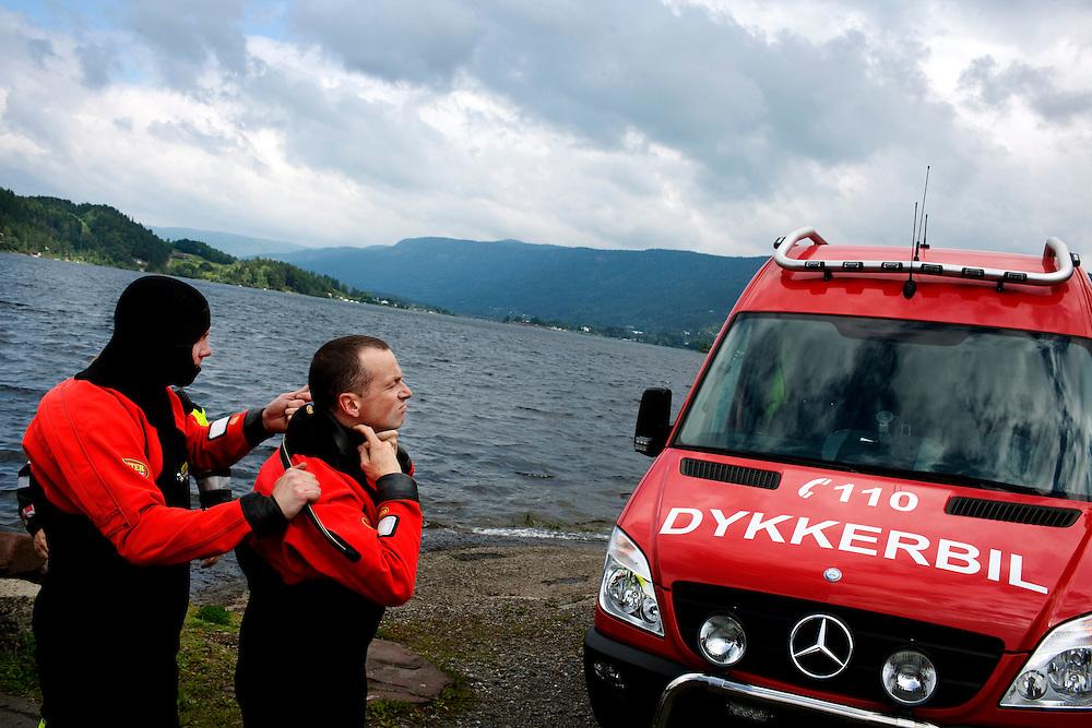 Räddningsdykare på väg ut. JOnas Brandt och Cato Tranaas  gör sig redo.