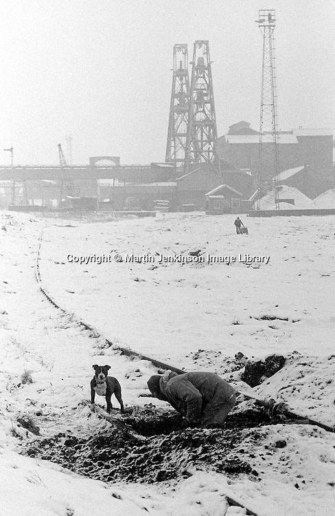 Striking Yorkshire miner digging for coal between railway lines at Hickleton Colliery, Thurnscoe. 16/01/1985.