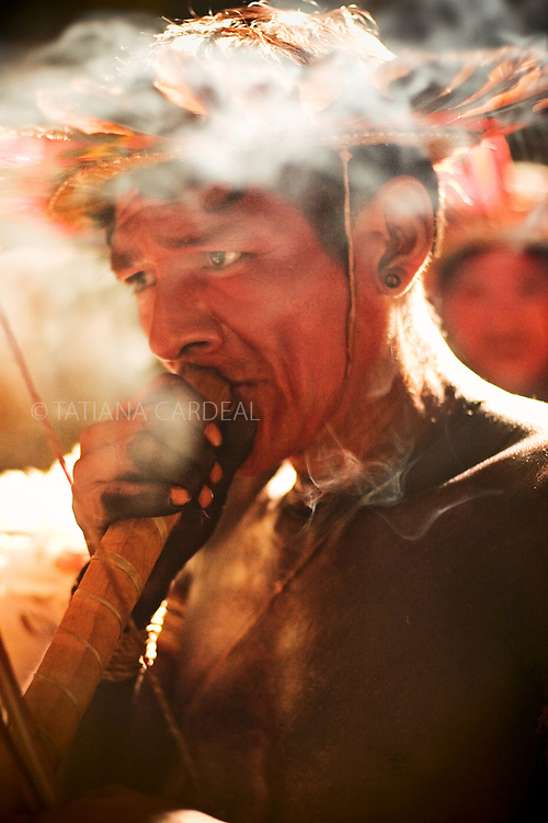 Assurini xama smoking in his ritual before the opening of the Indigenous Festival.