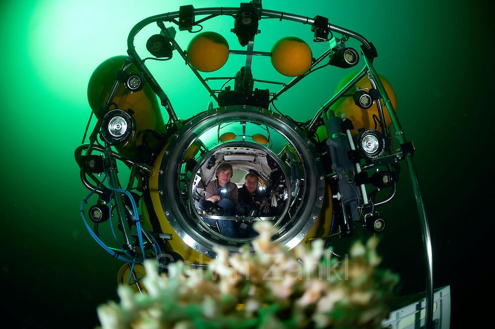 Submersible JAGO at the Lophelia sulareef in Norway. Trondheimfjord, North Atlantic Ocean, Norway | Das Tauchboot-Team, Karen Hissmann und Jürgen Schauer, bei der Entnahme von Proben im Tauchboot JAGO. Sie sammeln Korallenstücke der Koralle Lophelia (Lophelia pertusa), um diese dann im Labor an Bord des Forschungsschiffes Poseidon untersuchen zu können. Lophelia (Lophelia pertusa) ist die am weitesten verbreitete riffbildende Kaltwasserkoralle. Trondheimfjord, Norwegen