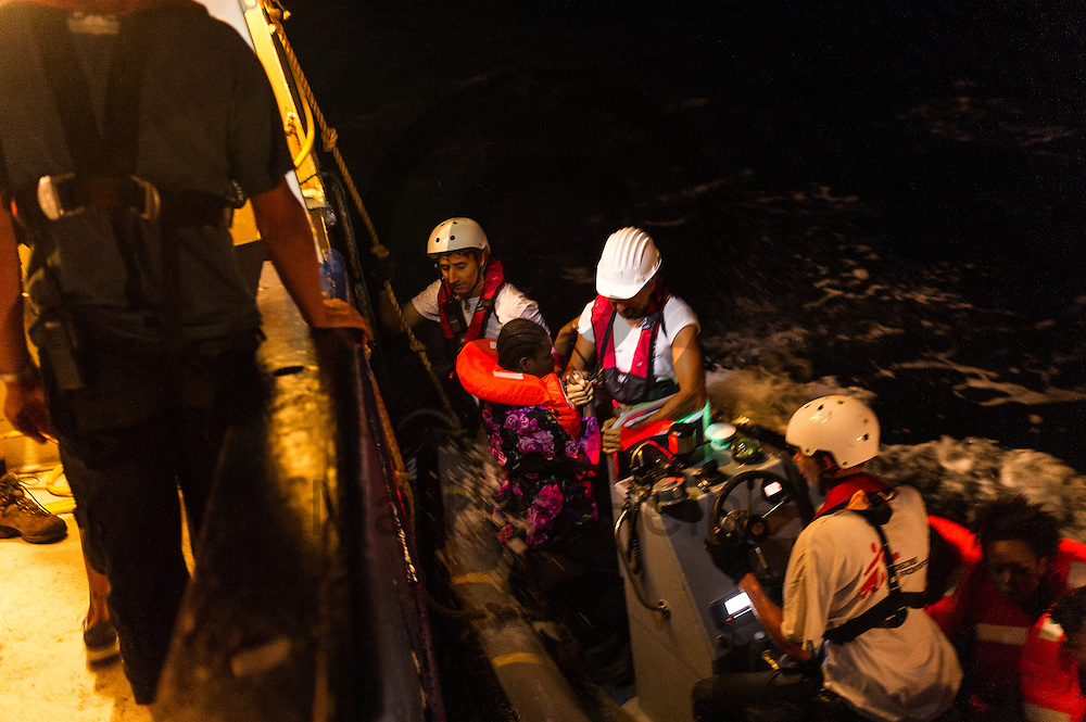 Fluechtlinge besteigen am 22.09.2016 von dem Fluechtlingsrettungsboot Sea-Watch 2 in internationalen Gewaessern vor der libyschen Kueste ein RIB (Schlauchboot) von &Auml;rzte ohne Grenzen. Die 119 aus Seenot geretteten Fluechtlinge werden an das Schiff &quot;Dignity&quot; der Organisation &Auml;rzte ohne Grenzen uebergeben die sie nach Italien bringen. Foto: Markus Heine / heineimaging<br /> <br /> ------------------------------<br /> <br /> Veroeffentlichung nur mit Fotografennennung, sowie gegen Honorar und Belegexemplar.<br /> <br /> Publication only with photographers nomination and against payment and specimen copy.<br /> <br /> Bankverbindung:<br /> IBAN: DE65660908000004437497<br /> BIC CODE: GENODE61BBB<br /> Badische Beamten Bank Karlsruhe<br /> <br /> USt-IdNr: DE291853306<br /> <br /> Please note:<br /> All rights reserved! Don't publish without copyright!<br /> <br /> Stand: 09.2016<br /> <br /> ------------------------------