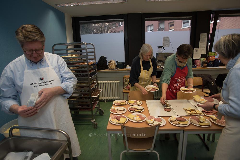 Ehrenamtliche Mithilfe gefragt: Brote belegen und Suppe kochen fürs Winternotprogramm.