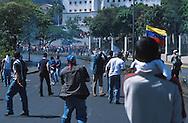 Enfrentamiento entre opositores y afectos al gobierno en Miraflores durante el 11 de abril de 2002.  Los sucesos ocurridos en abril fueron  consecuencia del descontento de algunos sectores de la sociedad venezolana con el gobierno del Presidente Hugo Chávez. (Ramón Lepage / Orinoquiaphoto)  Clash between opponents and pro-government in Miraflores during April 11, 2002. The events happened in April were consequence of the displeasure of some Venezuelan sectors of the society with the government of President Hugo Chavez. (Ramon Lepage/Orinoquiaphoto)....