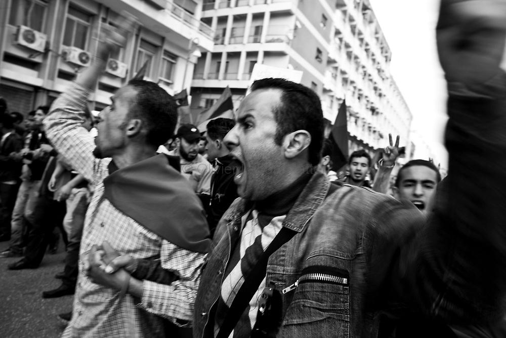 Des habitants de Benghasi participent à une manifestation, le 30 mars 2011, en soutien aux combattants rebelles en lutte contre l'armée du Colonel Kadhafi.