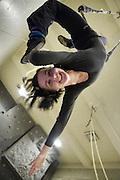 26.09.2007 Warszawa Agnieszka Binczycka uczennica III klasy Panstwowej Szkoly Sztuki Cyrkowej o specjalnosci ekwilibrystyczno zonglerskiej cwiczy w sali Gimnazjum nr 2 na ul Narbutta.Fot Piotr Gesicki