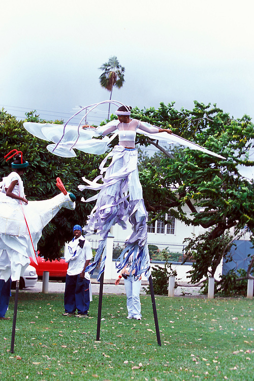 Karibik Trinidad Dragon Stelzenschule Keylemanjahro School of Arts and Culture Suedamerika Stelzen Karneval in Trinidad Carnival soziales Projekt HF; (Farbtechnik sRGB 55.6 MByte vorhanden) English Moko Jumbies Caribbean West Indies Trinidad Dragon stilt walking school Keylemanjahro School of Arts and Culture South America carnival in Trinidad social project  image from the book MOKO JUMBIES The Dancing Spirits of Trinidad by laif photographer Stefan Falke page 173 Geography / Travel S?damerika Karibik Trinidad Tobago
