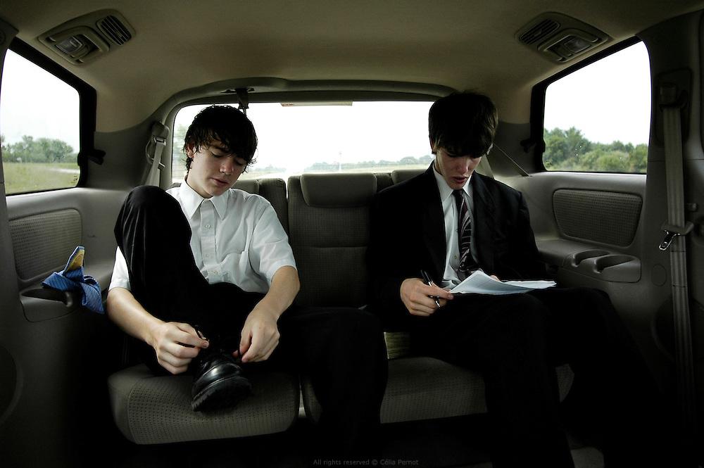 Comme chaque dimanche matin, les Nelson se préparent pour partir à l'église. Jessy écrit son speech, Wade repasse son costume, Joanne prépare l'offrande et tous se précipitent dans la voiture. Moberly, Missouri, 2006-2007
