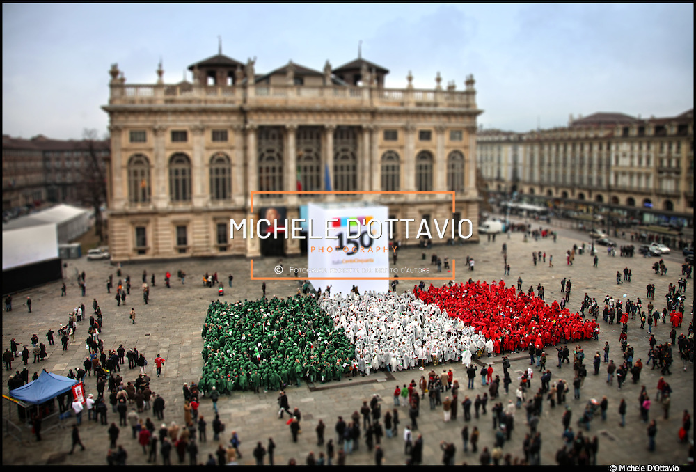 Dal 17 marzo 2011Torino sarà la capitale delle celebrazioni per i 150 anni dell'unità d'Italia...Nella foto: la grande bandiera vivente in piazza Castello..realizzata il 17 marzo 2010 in occasione del meno uno al 150°