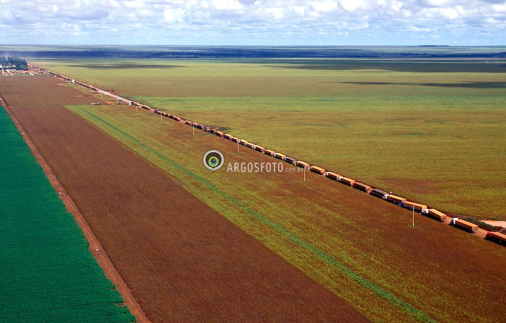 Sapezal, MT, Brasil    17/Mar/1997.Fila de caminhoes carregados de soja./ Line of trucks filled with soya grains..Foto Claudio Rossi/Argosfoto