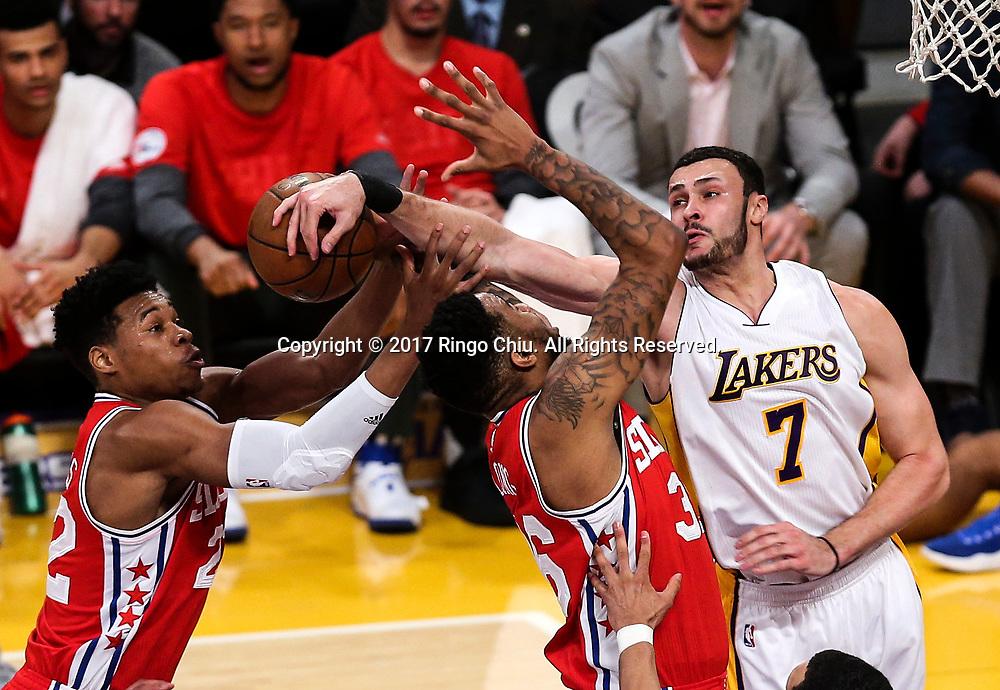 3月12日,费城76人队球员肖恩-朗 (中) 在比賽中上篮被洛杉矶湖人队球员小拉里&middot;南斯 (右) 侵犯。 当日,在2016-2017赛季NBA常规赛中,洛杉矶湖人队主场以116比118不敌费城76人队。 新华社发 (赵汉荣摄)<br /> hiladelphia 76ers forward Shawn Long (#36) gets fouled by Los Angeles Lakers forward Larry Nance Jr. (#7) during an NBA basketball game Tuesday, March 12, 2017, in Los Angeles. <br /> (Photo by Ringo Chiu/PHOTOFORMULA.com)<br /> <br /> Usage Notes: This content is intended for editorial use only. For other uses, additional clearances may be required.