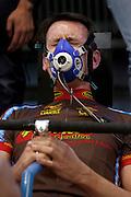 Wil Baselmans gaat tot het uiterste bij de zuurstofopnamemeting.Studenten van de TU Delft en VU Amsterdam verrichten metingen aan de renners die een poging gaan wagen om het wereldrecord fietsen te verbreken. Oud-schaatser Jan Bos en Sebastiaan Bowier gaan proberen het record van 133 km/h te verbreken. Wil Baselmans en Alwin Visker zijn geselecteerd om het werelduurrecord te verbreken. In 2011 haalde Bowier 129 km/h. De andere rijders doen voor het eerst mee.<br /> <br /> Wil Baselmans is giving everything he has during the performance test. Students of the TU Delft and the VU Amsterdam are measuring the condition of the for riders who will try to attempt to break the world record speed biking. Former skater Jan Bos and Sebastiaan Bowier will try to set a new top speed record. Wil Baselmans and Alwin Visker are selected to set a new top distance in an hour. Bowier reached in 2011 129 km/h, the world record is 133 km/h.