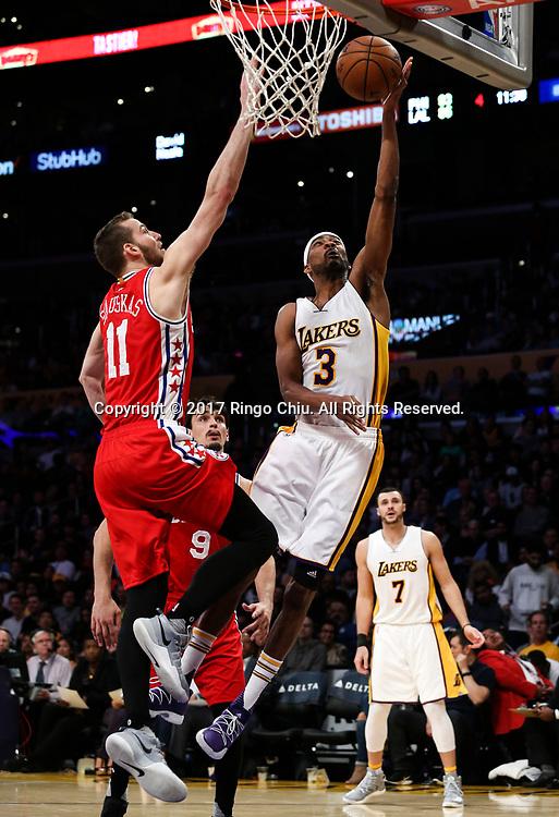 3月12日,费洛杉矶湖人队球员欧米尔-阿西克(右)在比賽中上篮。 当日,在2016-2017赛季NBA常规赛中,洛杉矶湖人队主场以116比118不敌费城76人队。 新华社发 (赵汉荣摄)<br /> Los Angeles Lakers forward Omer Asik (#3) goes up for a layup against Philadelphia 76ers guard Nik Stauskas (#11) during an NBA basketball game Tuesday, March 12, 2017, in Los Angeles. <br /> (Photo by Ringo Chiu/PHOTOFORMULA.com)<br /> <br /> Usage Notes: This content is intended for editorial use only. For other uses, additional clearances may be required.