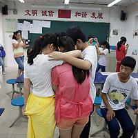 BEIJING, JULY,12-14,2013 : Teilnehmer eines Foto Workshops in der CAOCHANGDI MITTELSCHULE schauen sich ihre Fotos an.