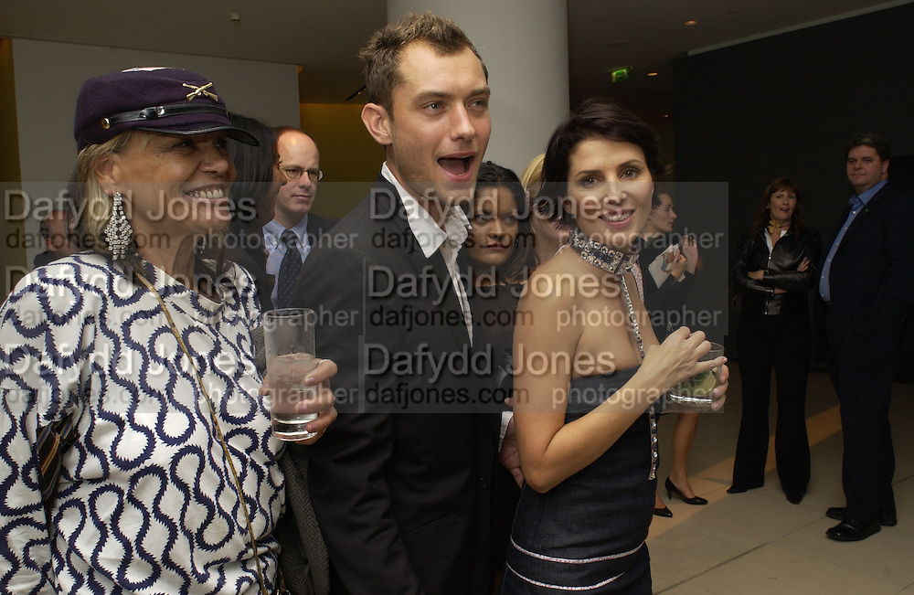 Anita Pallenberg, Jude Law and Sadie Frost. Frost French party. Light Bar. St Martin's Lane hotel. 18 September 2001. © Copyright Photograph by Dafydd Jones 66 Stockwell Park Rd. London SW9 0DA Tel 020 7733 0108 www.dafjones.com