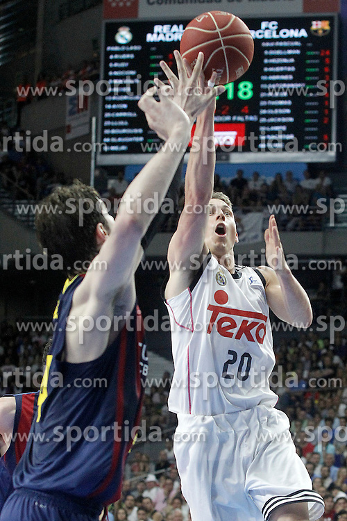 21.06.2015, Palacio de los Deportes, Madrid, ESP, Liga Endesa, Real Madrid vs Barcelona, Finale, 2. Spiel, im Bild Real Madrid's Jaycee Carroll (r) and FC Barcelona's Ante Tomic // during the second match of Liga Endesa final's between Real Madrid vs Barcelona at the Palacio de los Deportes in Madrid, Spain on 2015/06/21. EXPA Pictures &copy; 2015, PhotoCredit: EXPA/ Alterphotos/ Acero<br /> <br /> *****ATTENTION - OUT of ESP, SUI*****