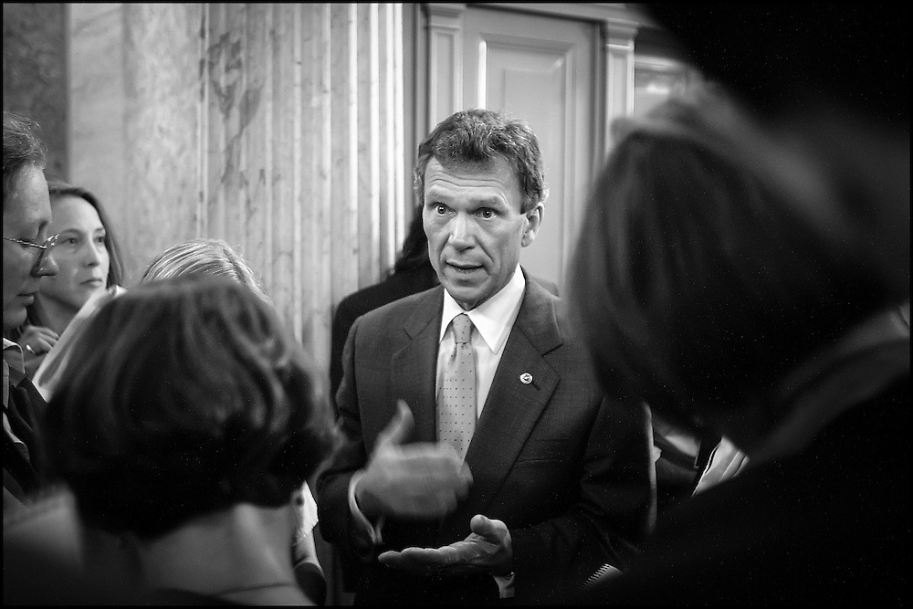 Senator Tom Daschle talskto reporters after a briefing meeting with other Senators who have offices in the Hart Building.  10/25/01..©PF BENTLEY/PFPIX.com