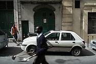 Malta, La Valletta. Immigrati lavorano come netturbini nel centro della citta'