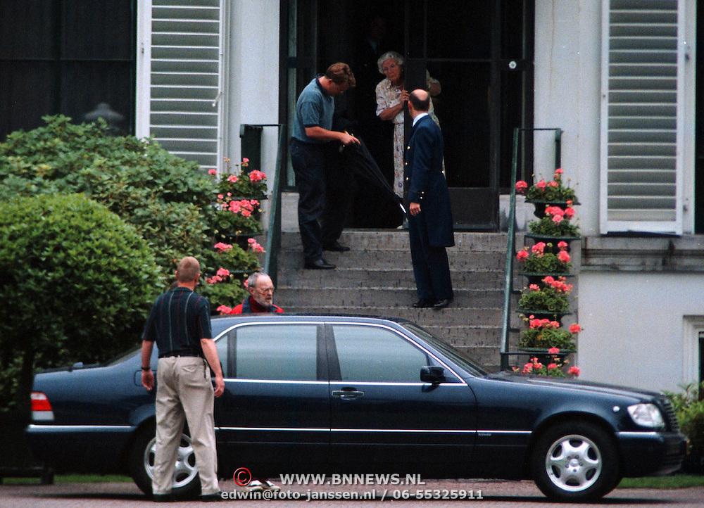 Verjaardag Pr.Bernhard, prins Bernhard en Friso vertrekken met de auto, prinses Juliana kijkt toe