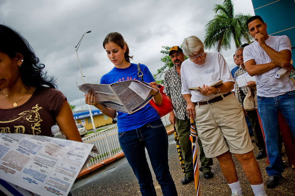 Early voting in Florida..Helen Hernandez (center)..Early voters in line outside the John F Kennedy library in Hialeah, waiting to vote...Photographer: Chris Maluszynski /MOMENTH
