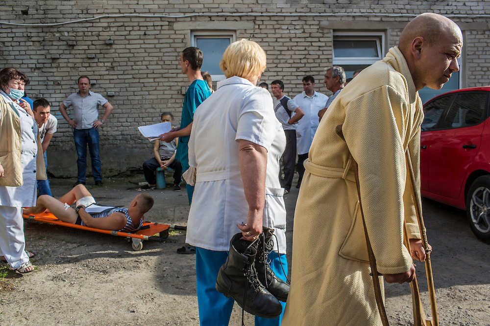 VOLNOVAKHA, UKRAINE - MAY 22:  Ukrainian soldiers who were wounded earlier in the day during an attack on a military checkpoint by unknown forces are transfered to ambulances on May 22, 2014 in Volnovakha, Ukraine. Authorities reported fifteen soldiers were killed and 31 injured. (Photo by Brendan Hoffman/Getty Images) *** Local Caption ***
