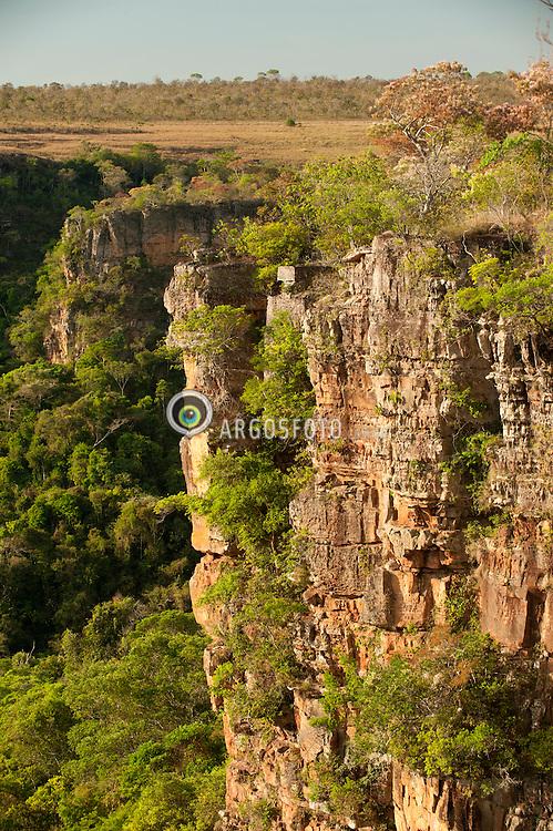 O Parque Nacional da Chapada dos Guimaraes, uma unidade de conservacao brasileira, situada no Estado brasileiro de Mato Grosso, entre os municipios de Chapada dos Guimaraes e Cuiaba. Possui uma area total de 33 mil hectares, formados por cachoeiras, cavernas, lagoas e trilhas em meio a uma natureza típica de cerrado./ The National Park of Chapada dos Guimarães is a Brazilian conservation unit located in the Brazilian state of Mato Grosso, between the cities of Cuiabá and Chapada dos Guimarães. It has a total area of 33,000 hectares, formed by waterfalls, caves, lakes and trails in the midst of a typical nature of the cerrado.