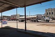 Cuero, Texas. Fracking brought a huge oil boom to Dewitt County in Texas..Lastwagenverkehr fuer das Oelgeschaeft auf Hauptstrasse in Cuero...© Stefan Falke www.stefanfalke.com.Unterwegs mit Peter Hossli.