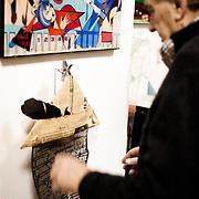 Palermo 2010 - Casa editrice Enzo Sellerio, Enzo Sellerio gioca con una scultura di Pietro Consagra.