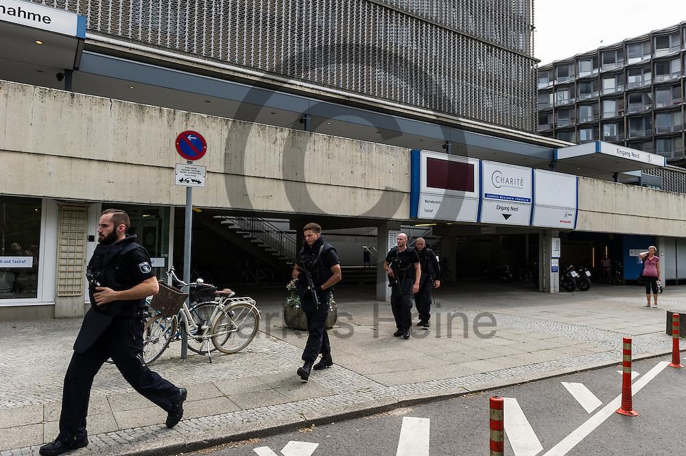 Schwer bewaffnete Polizisten laufen nach einer Schie&szlig;erei am KH Benjamin Franklin am 26.07.2016 vor dem Berliner Benjamin-Franklin-Krankenhauses  in Berlin, Deutschland. Wie die Polizei mitteilt, schoss ein Patient auf einen Arzt. Danach t&ouml;tete sich der Sch&uuml;tze offenbar selbst. Foto: Markus Heine / heineimaging<br /> <br /> ------------------------------<br /> <br /> Ver&ouml;ffentlichung nur mit Fotografennennung, sowie gegen Honorar und Belegexemplar.<br /> <br /> Bankverbindung:<br /> IBAN: DE65660908000004437497<br /> BIC CODE: GENODE61BBB<br /> Badische Beamten Bank Karlsruhe<br /> <br /> USt-IdNr: DE291853306<br /> <br /> Please note:<br /> All rights reserved! Don't publish without copyright!<br /> <br /> Stand: 07.2016<br /> <br /> ------------------------------