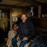 Camp Hope, eine Zeltstadt fuer Obdachlose in Ontario, Kalifornien..Mark Tomasevic, 39, ein Bewohner der Zeltstadt in seiner selbstgebauten Huette, die einzigste feste im Lager..Fotos © Stefan Falke..Camp Hope, a  tent city for the homeless in Ontario, California.Yolanda Truglias (right) and her boyfriend   DavidMcIlmoil