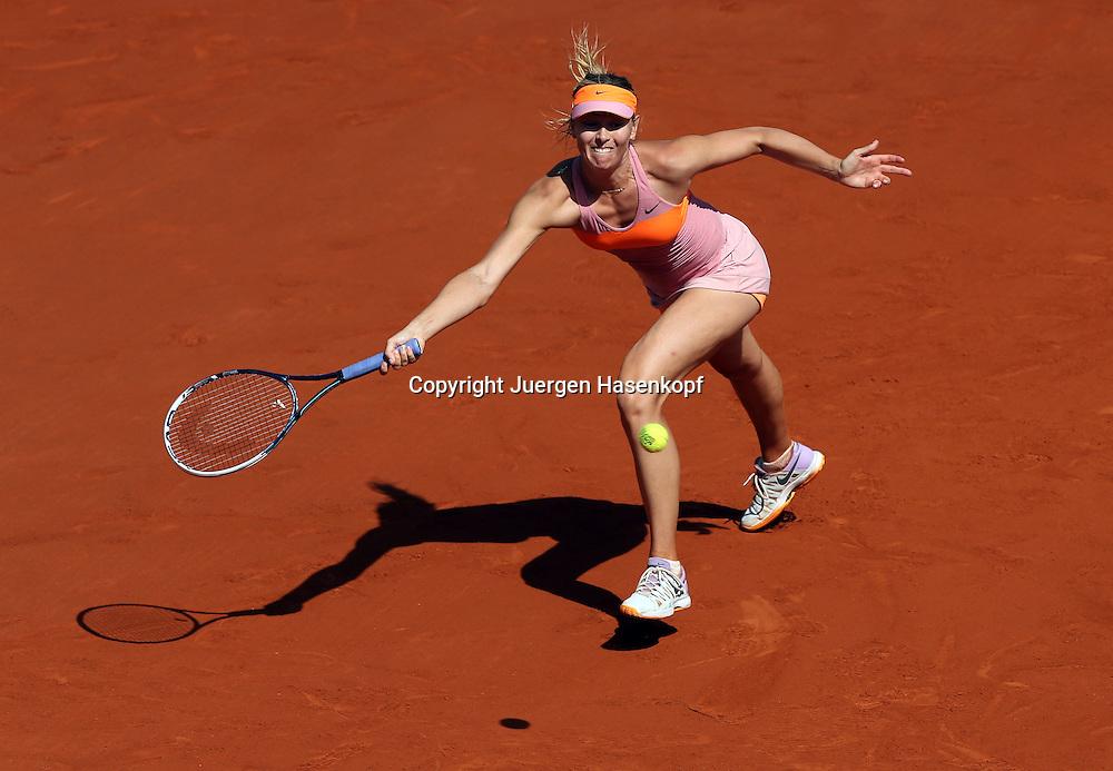 French Open 2014, Roland Garros,Paris,ITF Grand Slam Tennis Tournament, Damen Endspiel,<br /> Maria Sharapova  (RUS),Aktion,Einzelbild,Ganzkoerper,Querformat, von oben,