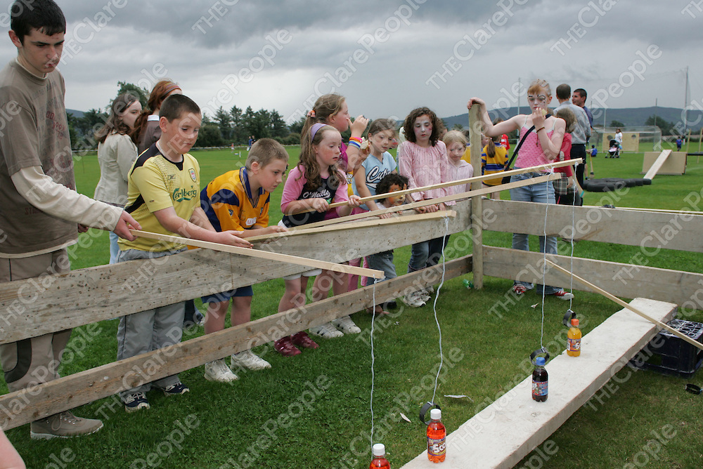 Kids trying to catch bottles of Soda at the O'Callaghan's Mills Fun Day .<br /> Pic.Brian Gavin/Press 22